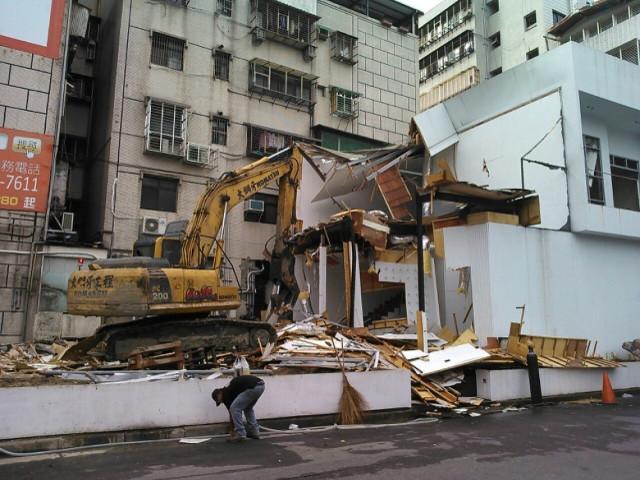 東湖捷運站旁樣品屋拆除