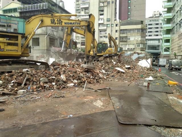台北市大安捷運站旁五層樓都更拆除