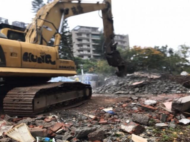 淡水竹圍國小旁三層樓舊屋拆除